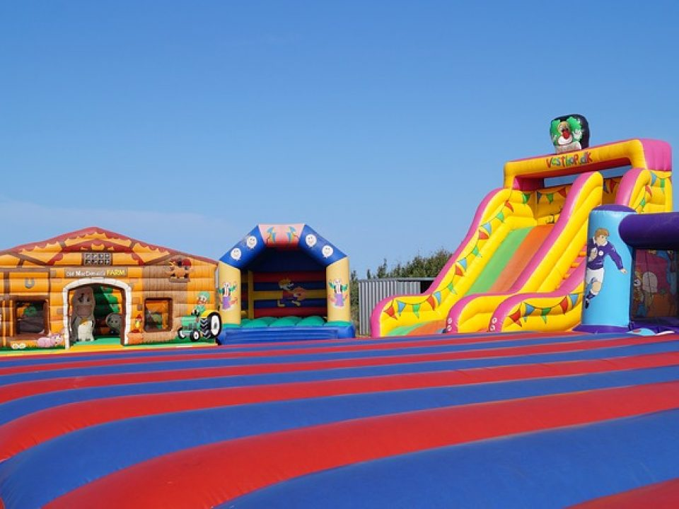 bouncy-castles-3567019_640