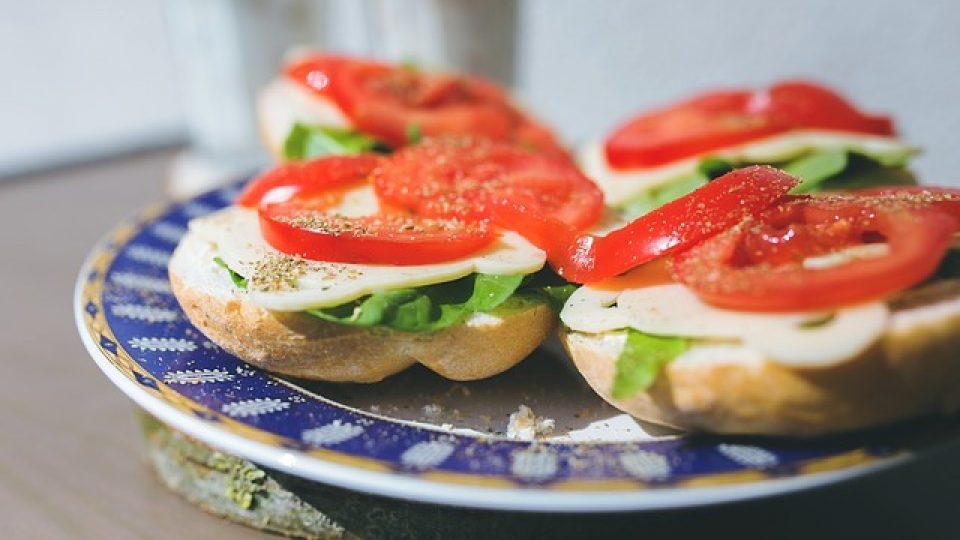איך להתאים מגשי אירוח לקהל האורחים?