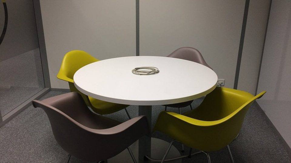 שולחן עגול מתפרק